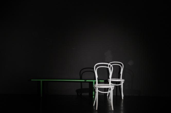 Zwei weisse Stühle auf der schwarzen Probebühne.